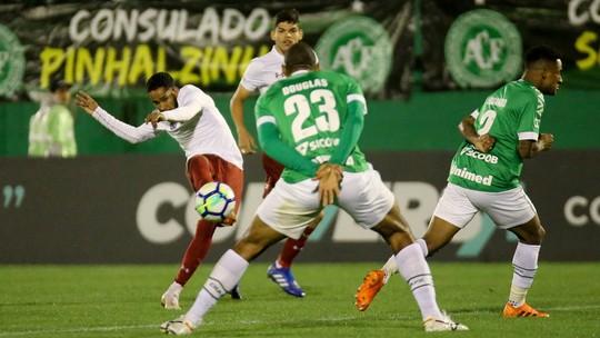 A foto que antecedeu a comemoração: os gols e a união de Everaldo e Luciano