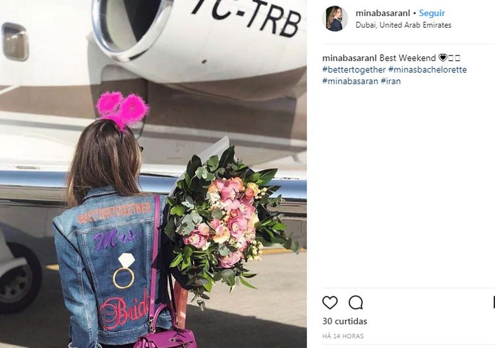 """Mina usa jaqueta com bordado de """"noiva"""".  (Foto: Reprodução/Instagram/Mina Basaran)"""