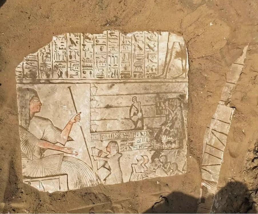Arqueólogos estão analisando o material encontrado na tumba de Saqqara, que conta a história do general Iwrhya (Foto: Photo courtesy Egyptian antiquities ministry)