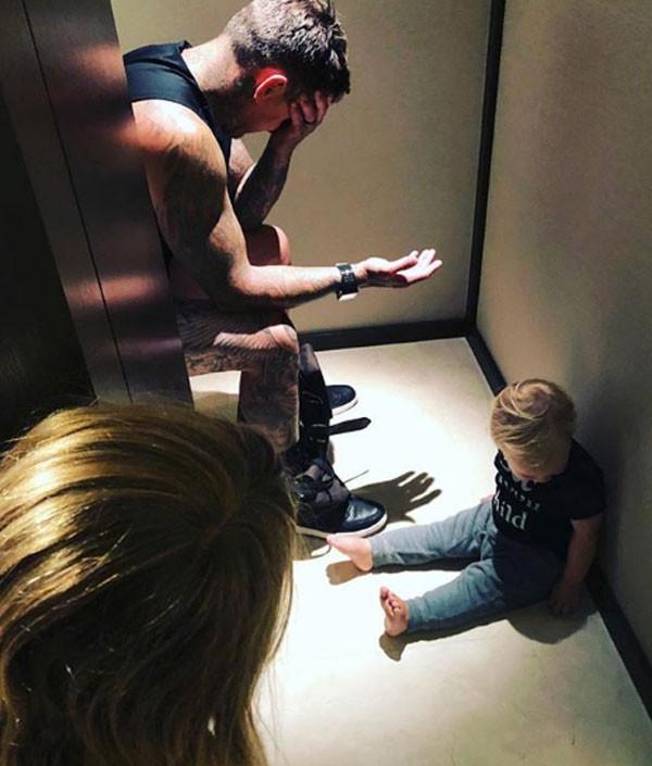 Marido de Pink compartilhou foto engraçada de 'reunião familiar' no banheiro (Foto: Reprodução/Instagram)