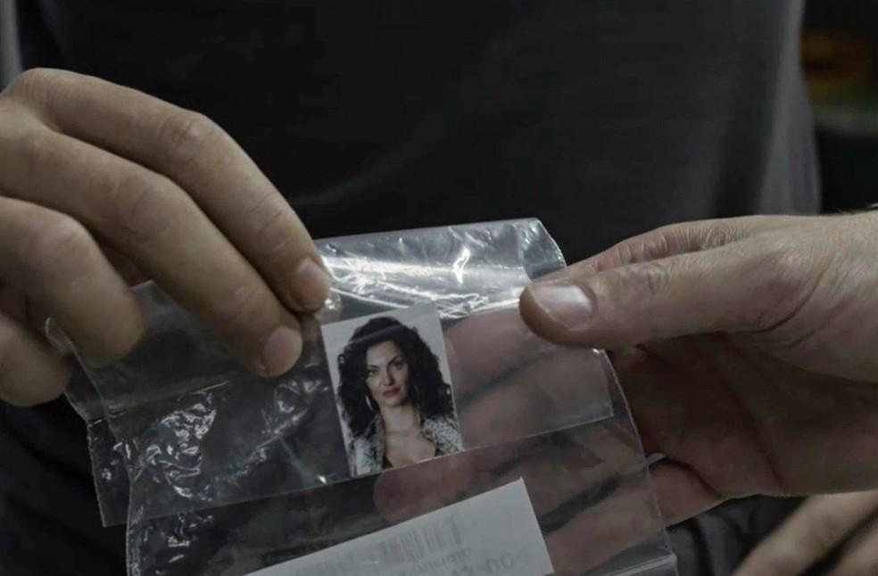 No detalhe: foto de Leandra que estava com Rato (Foto: TV Globo)