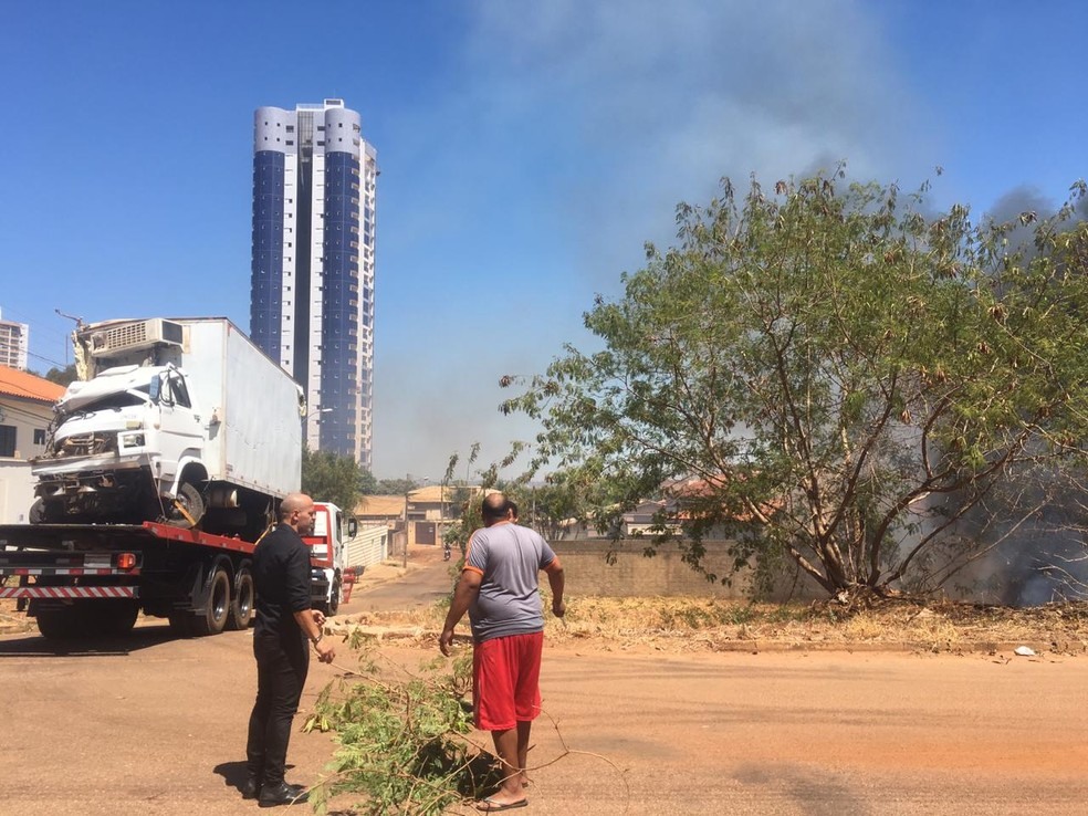 Caminhão estava na prancha de guincho — Foto: Divulgação