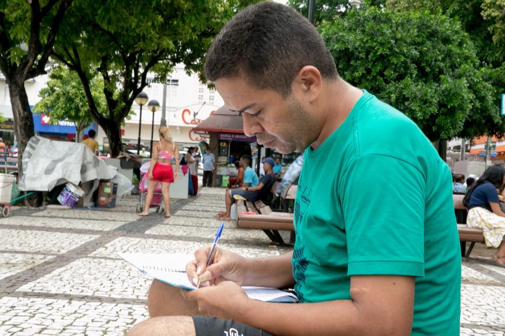 Versos de Sidney Sheldon inspiraram poeta ceartense — Foto: Camila Lima/G1