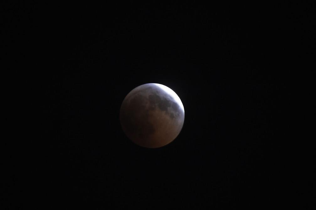 Eclipse lunar visto no céu do Cairo, no Egito. (Foto: Khaled Desouki/AFP)