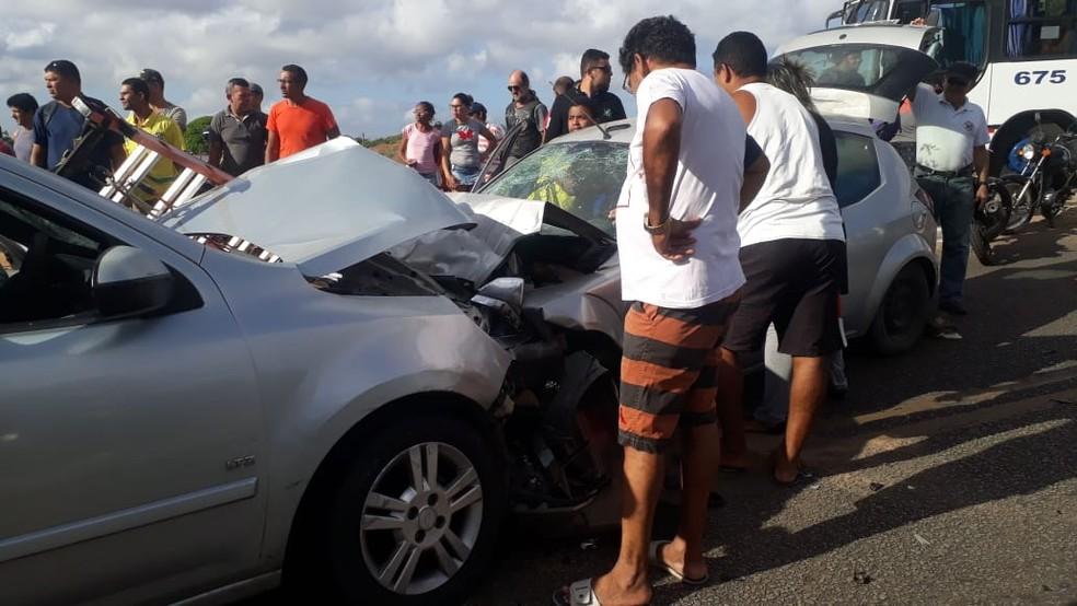 Carros bateram de frente na RN-160, em Extremoz — Foto: Redes sociais