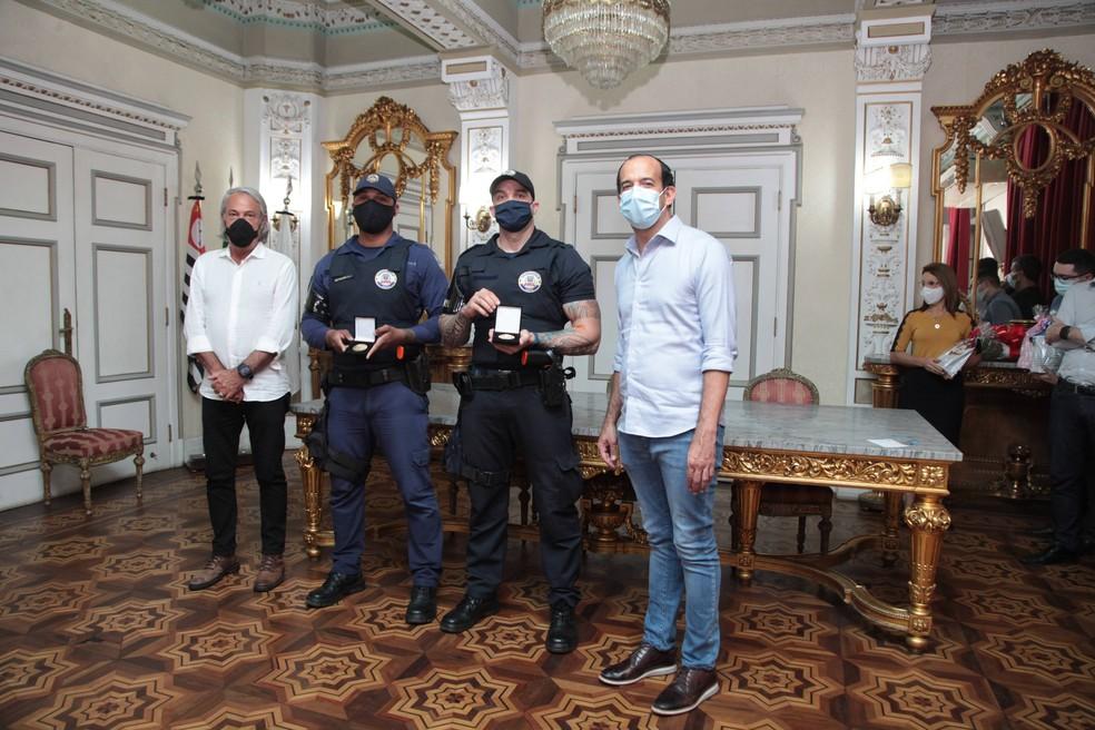 Prefeito de Santos e Secretário de Segurança Pública do município em homenagem aos guardas municipais — Foto: Susan Hortas/Prefeitura de Santos