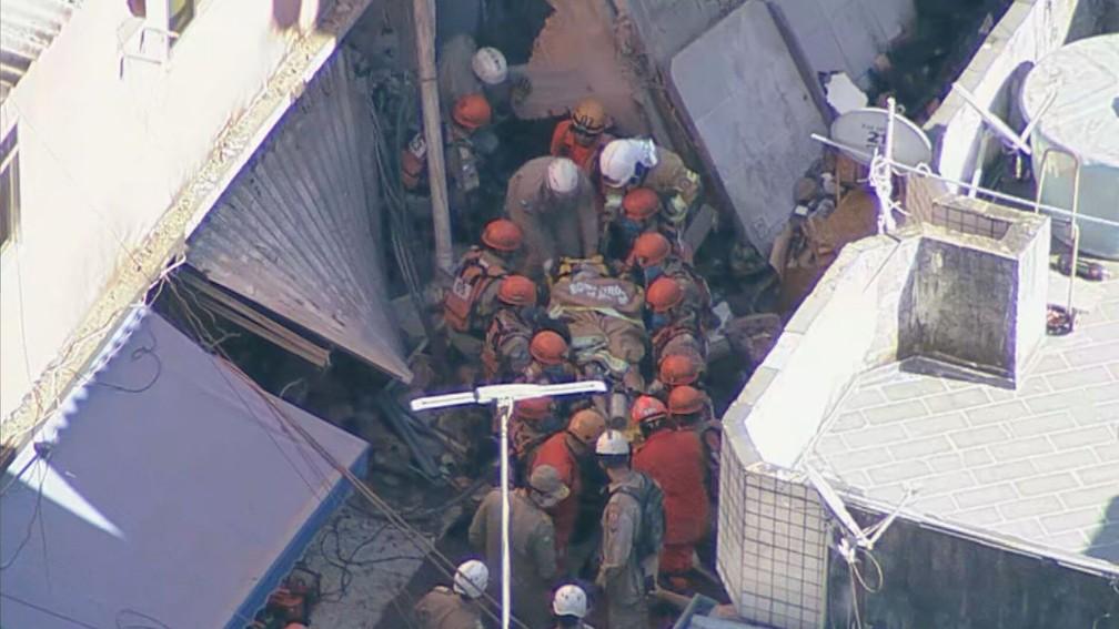 Quarta vítima foi retirada dos escombros por volta das 9h20 após mais de 6h presa sob os escombros — Foto: TV Globo
