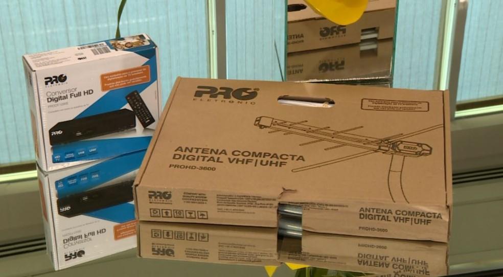 Kits gratuitos com antena digital e conversor com controle remoto serão entregues para beneficiários de programas sociais do Governo Federal (Foto: Reprodução/ EPTV)