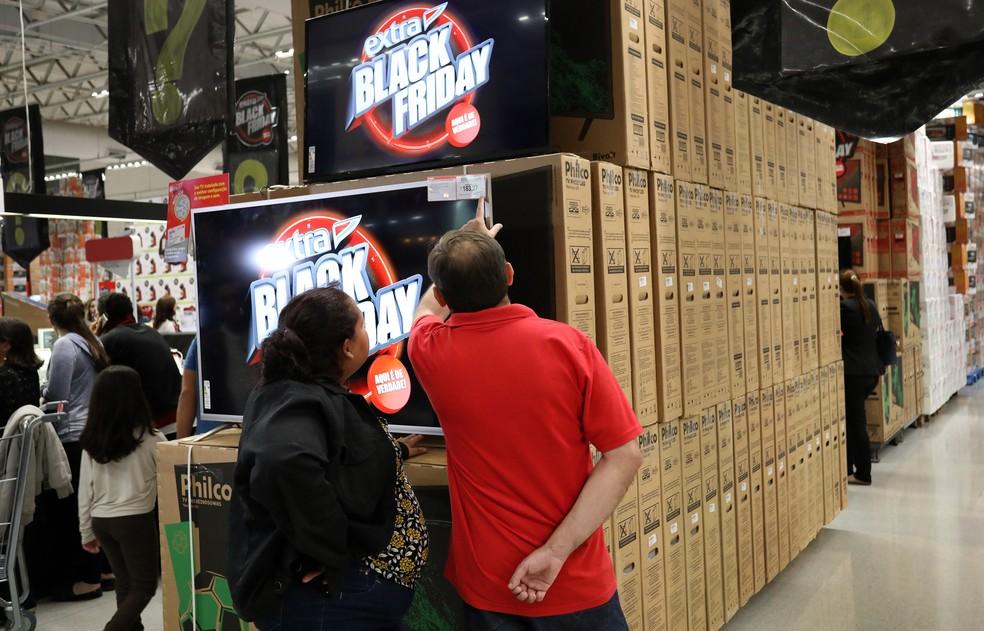 Consumidores avaliam oferta de televisão na Black Friday, em São Paulo (Foto: Celso Tavares/G1)