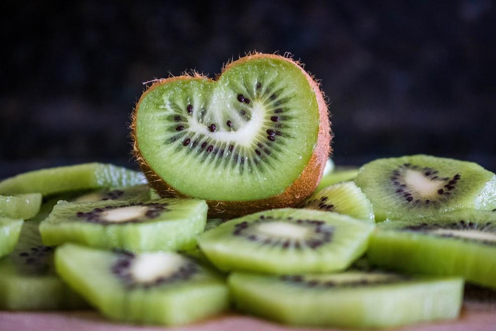 O kiwi é finte de triptofano, aminoácido precursor da síntese de melatonina — Foto: Unsplash/Divulgação