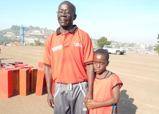 Sabiti Matovu e sua filha; ele acha que atividades físicas deixaram de ser prioridade nas escolas locais (Foto: Divulgação BBC)