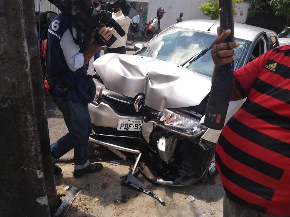 Carro roubado bateu em poste no bairro da Torre, na Zona Oeste do recife, nesta sexta (17) — Foto: Reprodução/WhatsApp