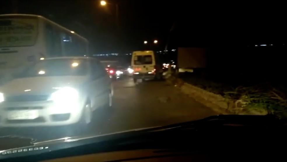 Motoristas voltam na contramão para evitar passar pelo local (Foto: Reprodução)