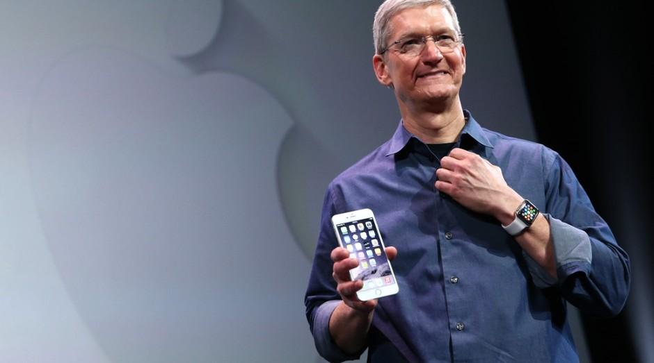 Tim Cook com iPhone 6 Plus e Apple Watch: o velho que dá certo junto ao novo (Foto: Getty Images)