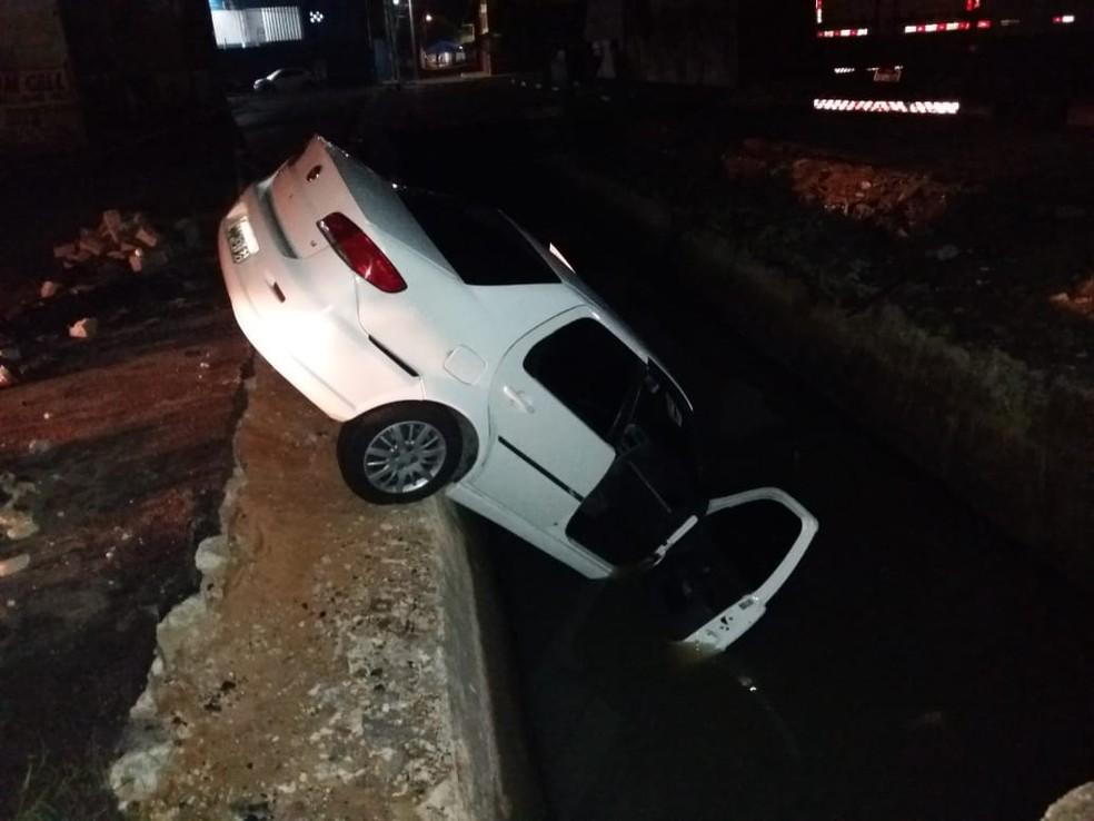 Carro cai em vala aberta na Zona Leste de Natal — Foto: Redes sociais