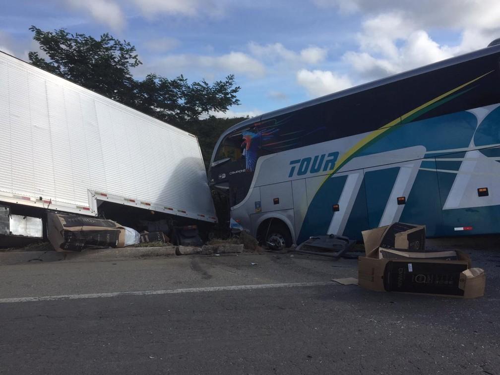 Colisão dos veículos foi frontal â?? Foto: Corpo de Bombeiros/Divulgação