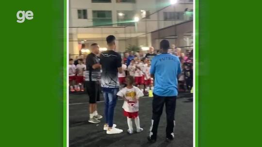 """Em alta com Luxemburgo no Vasco, Tiago Reis vira """"astro"""" em Brasília e faz alegria de crianças"""