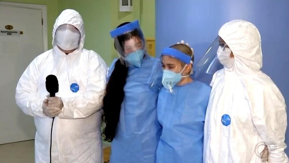"""Família reunida em área da pediatria do Hospital Amaral Carvalho, em Jaú: """"Logo-logo todos estaremos juntos em casa"""" — Foto: TV TEM/Reprodução"""
