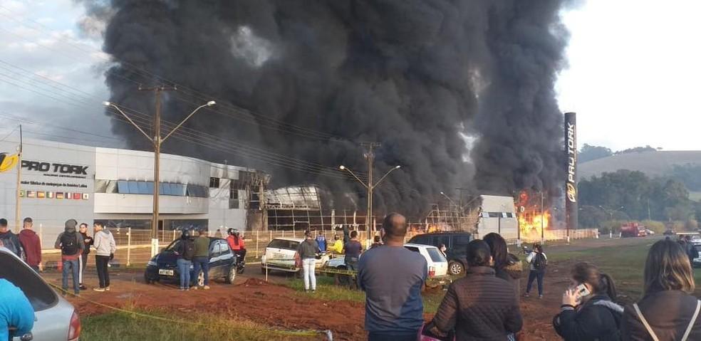 Fábrica pegou fogo, em Siqueira Campos — Foto: Arquivo pessoal