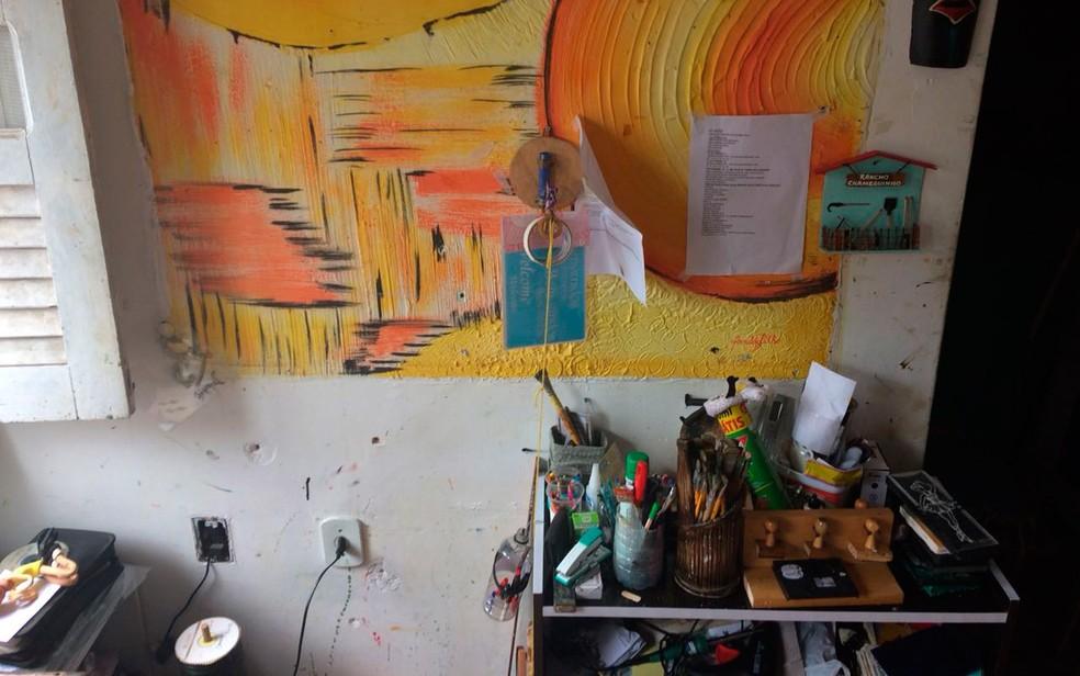 Pintura e pincéis de artista plástico morto por policiais em Candeias (Foto: Juliana Almirante/G1)