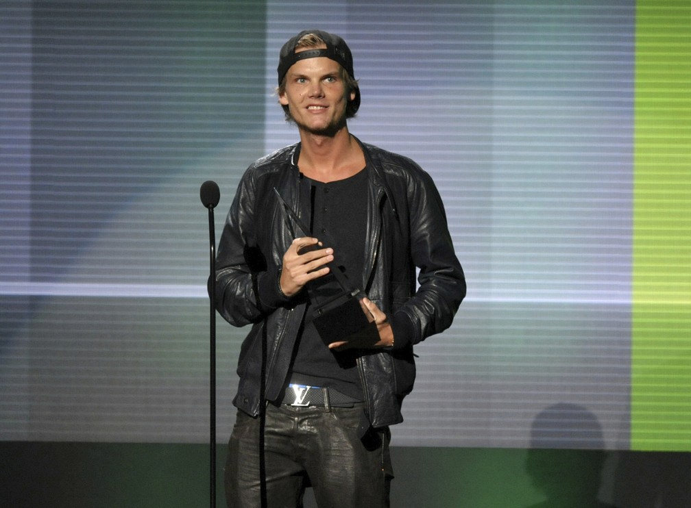 Avicii recebe prêmio de artista favorito na categoria dance music eletrônica do American Music Awards 2013, em Los Angeles (Foto: John Shearer / Invision / AP)