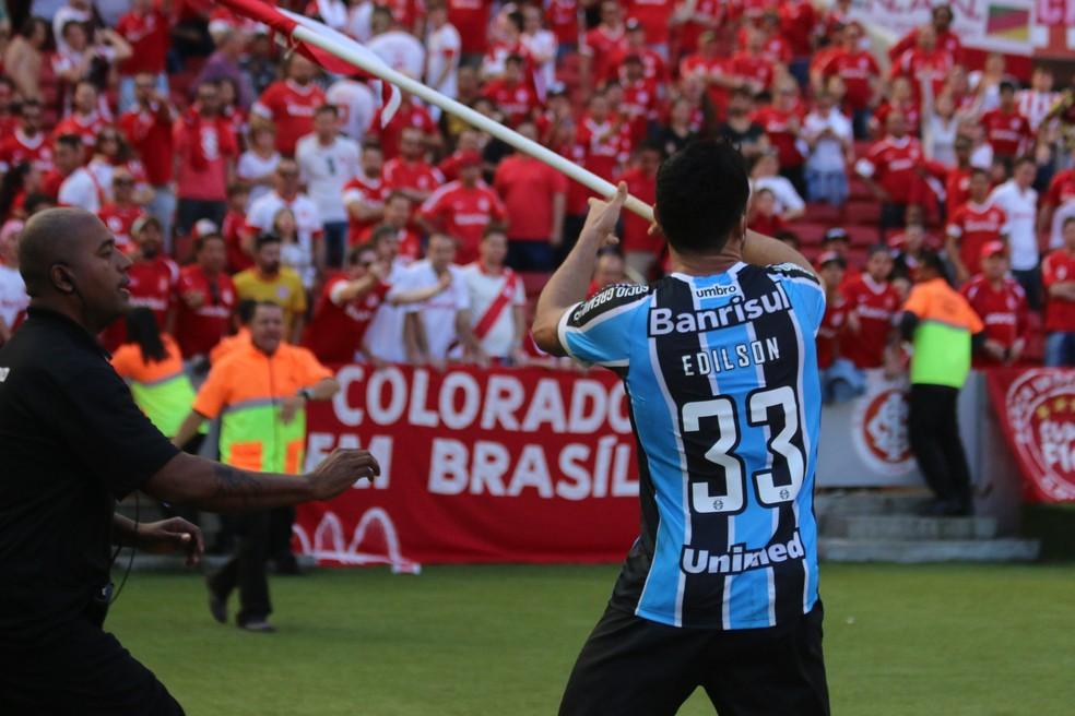 Edílson repete gesto de Sasha no Beira-Rio (Foto: Diego Guichard / GloboEsporte.com)