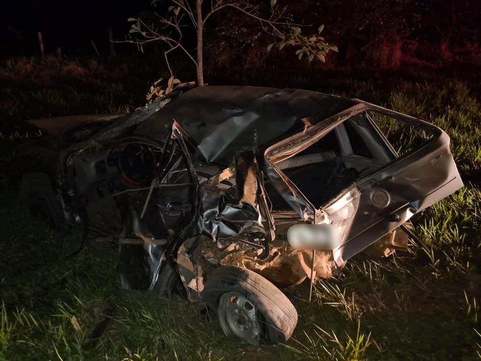 Carro ficou destruído após acidente em Herculândia — Foto: João Trentini/Divulgação