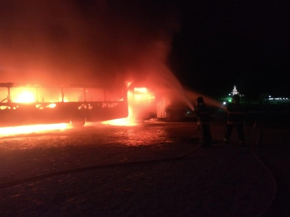 Bombeiros apagam fogo que atingiu dez ônibus de uma empresa de revenda em Vitória de Santo Antão, na Zona da Mata de Pernambuco, nesta quarta-feira (6) — Foto: Corpo de Bombeiros/Divulgação