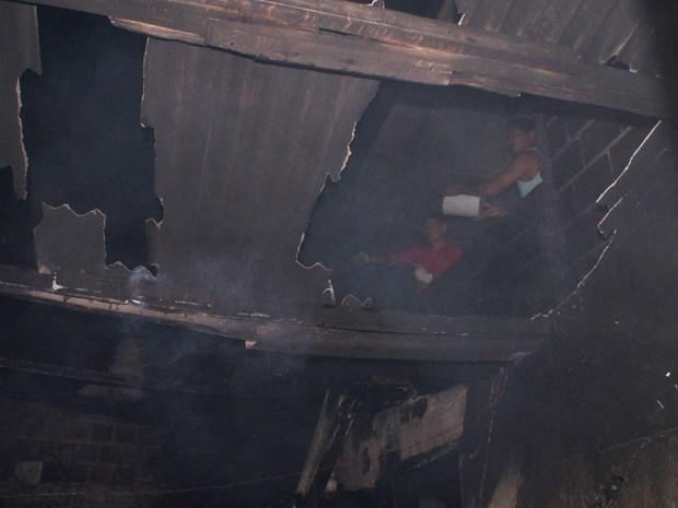 Vizinhos tentaram conter as chamas até a chegada da brigada voluntária (Foto: Eudo Mendes/Itapetinga Repórter)