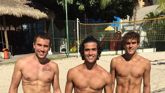 Felipe Roque, Ricardo Vianna e Fábio Scalon exibem boa forma em treino de vôlei de praia; assista