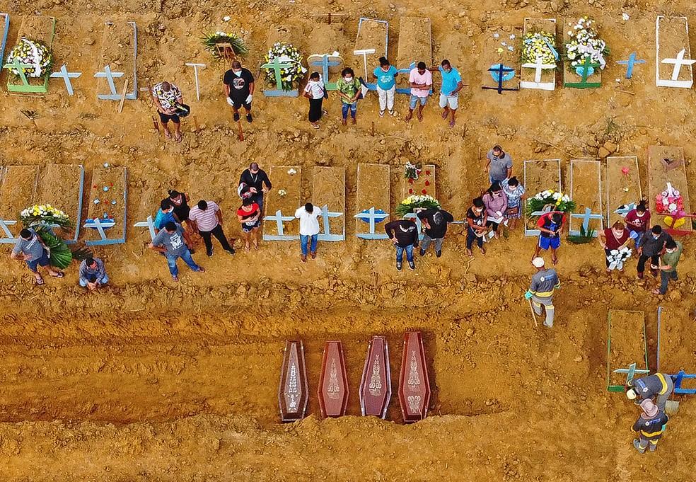 22 de abril: enterro coletivo de vítimas de Covid-19 em realizado no cemitério de Nossa Senhora Aparecida em Manaus. — Foto: Michael Dantas/AFP