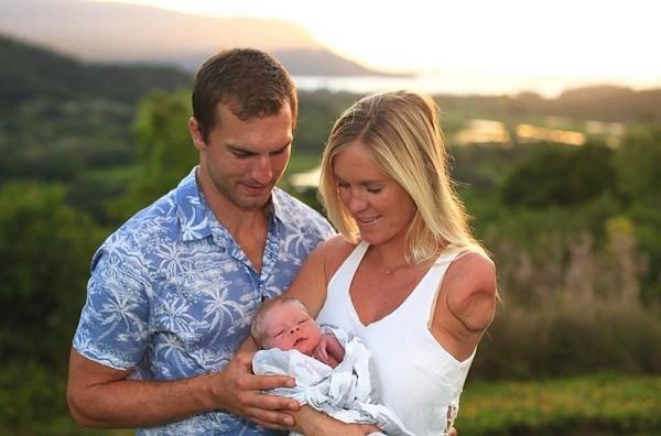 Bethany Hamilton com o filho no colo ao lado do marido