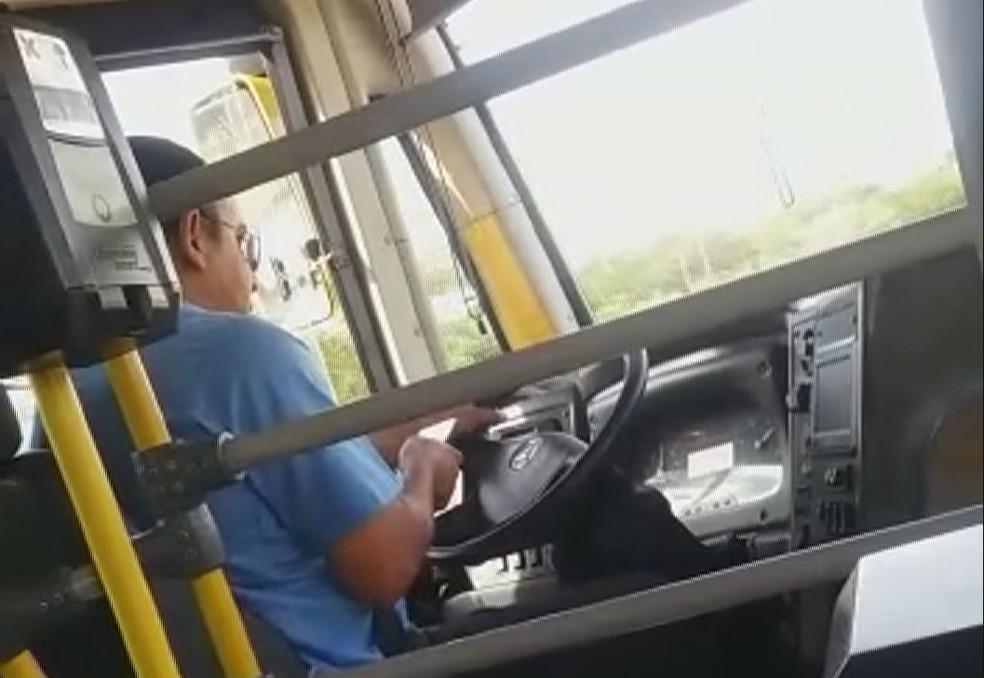 Motorista de BRT dirige com o celular na mão.  — Foto: Arquivo pessoal