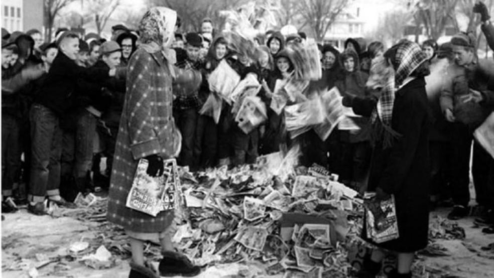 Crianças americanas ateiam fogo numa pilha de gibis durante a Guerra Fria — Foto: Mason City Public Library