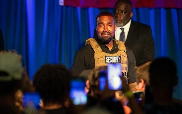 Kanye West chora em comício ao falar sobre aborto (Foto: Twitter)