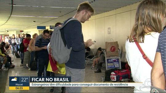 Imigrantes passam a noite em filas no Galeão para poder ficar no Brasil
