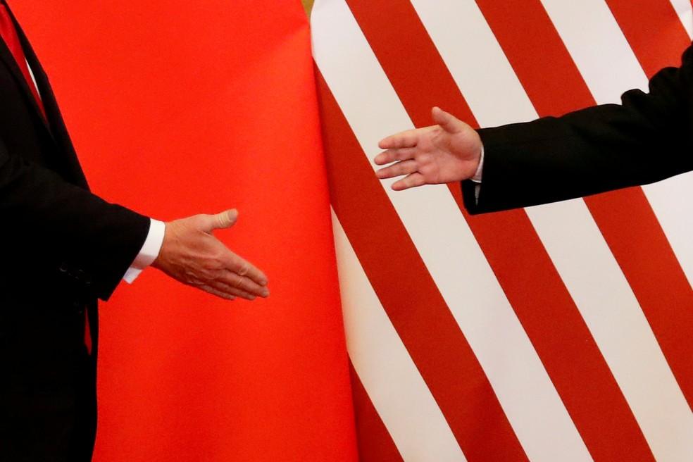 Presidente da China, Xi Jinping, e presidente dos EUA, Donald Trump, se cumprimentam em imagem de novembro de 2017. — Foto: Damir Sagolj/Reuters
