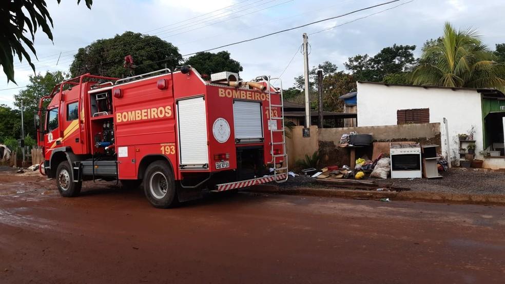 Bombeiros atenderam vários chamados durante o temporal e agora ajuda na distribuição de mantimentos — Foto: Prefeitura de Juína/Divulgação