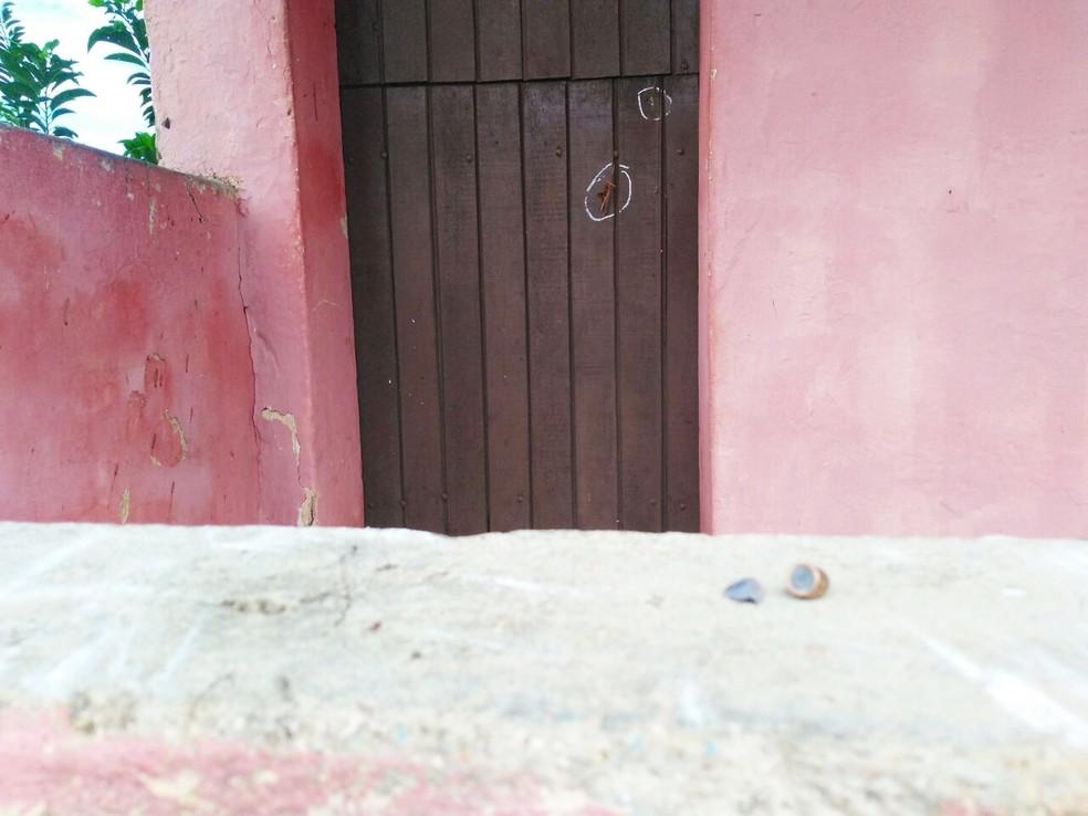 Marcas de tiros ficaram na porta da casa de Ivanildo, onde ele foi assassinado  (Foto: Marksuel Figueredo/Inter TV Cabugi)