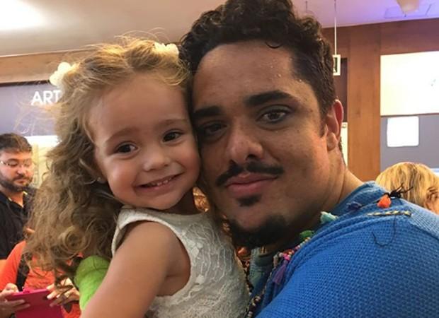 O ator Chico Abreu e a pequena Sophia, filha de Flávia Monteiro (Foto: Reprodução/Instagram)