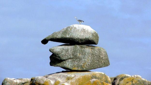 Esta pedra nas ilhas Scilly, onde John Deason nasceu, é chamada de 'chapéu de Deason'. Alguns moradores acreditam que haja uma pepita de ouro debaixo dela (Foto: MIKE HARCUM via BBC News Brasil)