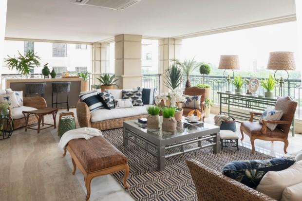 Varanda com ares tropicais é ponto alto em apartamento