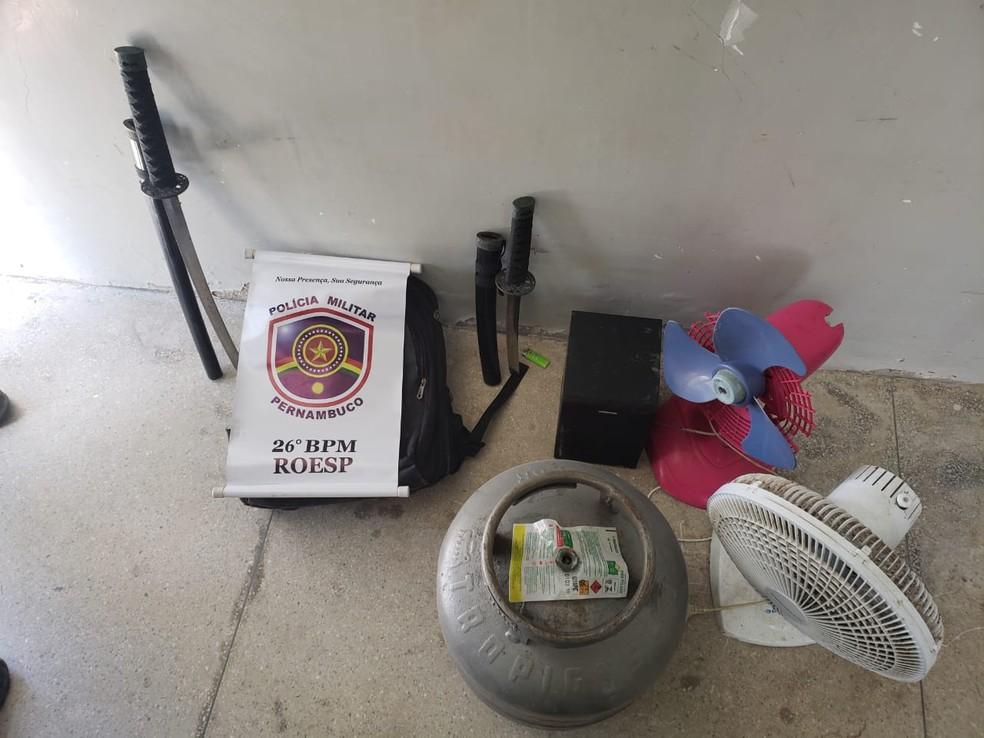 Homem foi preso com espadas ninja em Itamaracá — Foto: Polícia Militar/Divulgação