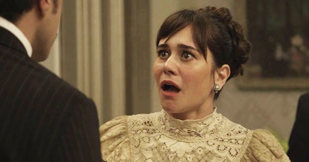 Susana fica apavorada com as revelações de Olegário sobre o que ela já fez e o passado dos dois  (Foto: TV Globo)
