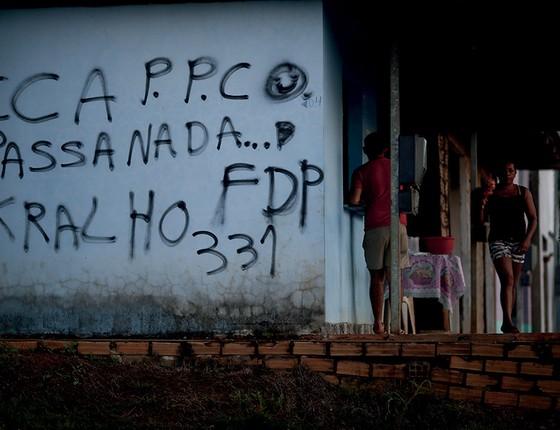 Casa pichada com siglas de facções na periferia de Altamira. Gangues tomaram a cidade depois da chegada da usina (Foto: Adriano Machado/Época)