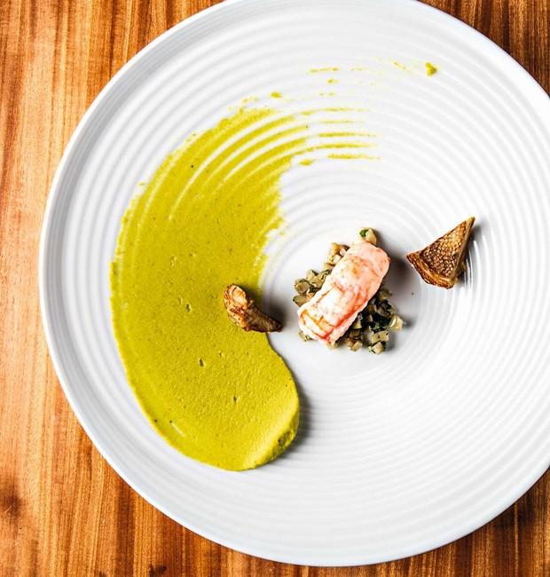 Crustáceo, creme de pistache e alcachofra (Foto: Fotos Tomás Rangel / Divulgação )