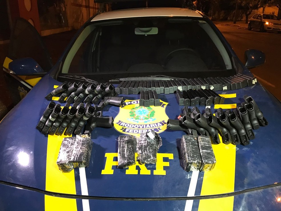 As armas e drogas foram encontradas em caminhão abandonado em um pátio às margens da BR-163 (Foto: Divulgação/PRF)