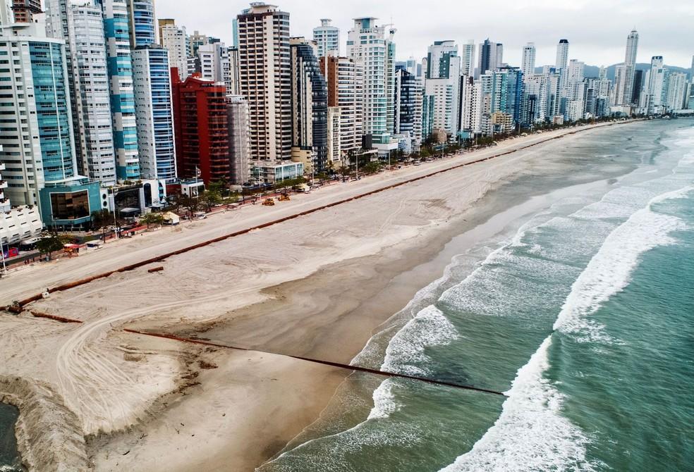 Obra de alargamento da faixa de areia da Praia Central de Balneário Camboriú no início de outubro — Foto: PMBC/Divulgação