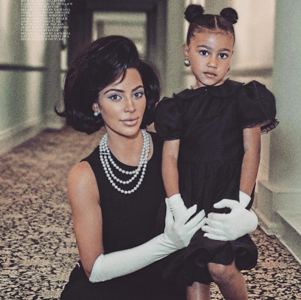 Kim Kardashian com a filha North em um ensaio inspirado em Jackie Kennedy (Foto: Instagram)
