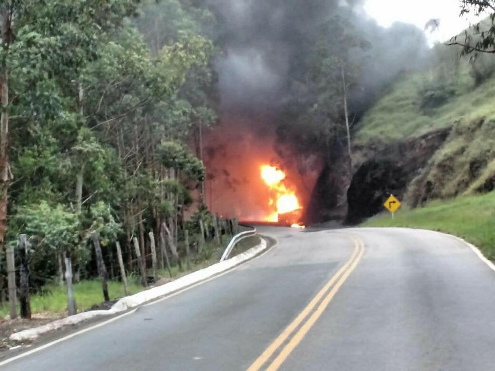 -  Trecho da Br-353 onde caminhão-tanque pegou fogo entre Juiz de Fora e Coronel Pacheco  Foto: Evandro Carvalho / G1